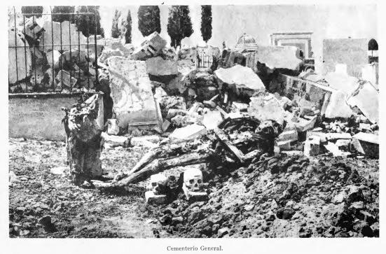 El terremoto no perdonó ni a los muertos: destrozos en el Cementerio General de Guatemala.