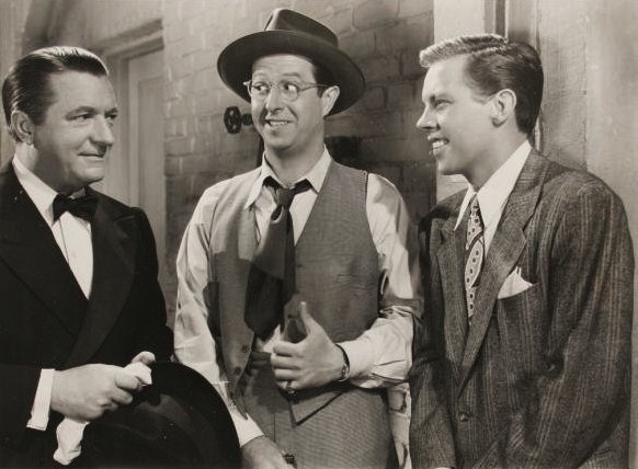 De g. à d. : William Gaxton, Phil Silvers et Dick Haymes, dans Broadway en folie (1945, photo promotionnelle)