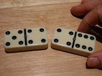 Dominopalikoita peräkkäin: kädessä olevan kortin (6-4) saa laittaa, koska siinä on sama numero (4) kuin edellisessä (4-5).