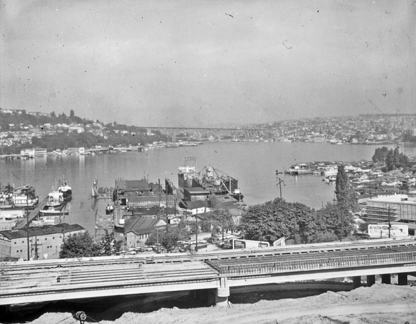 http://upload.wikimedia.org/wikipedia/commons/7/77/Interstate_5_under_construction%2C_Eastlake%2C_Seattle%2C_1962.jpg