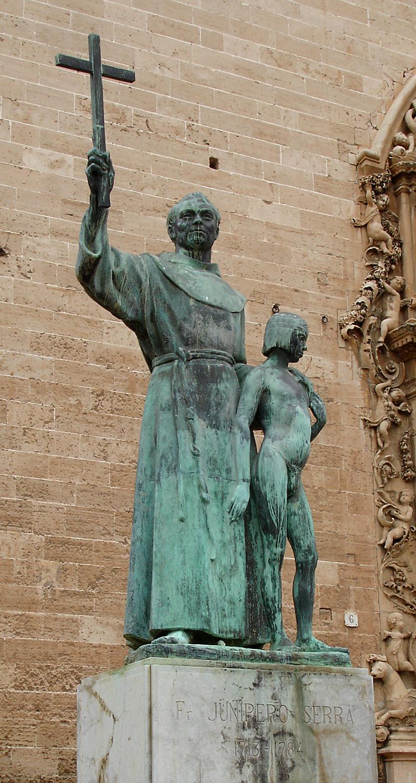 Statue av Junipero (med en Juaneño-indianergutt) foran fransiskanerkirken i Palma på Mallorca. En kopi av statuen står også på Plaza de San Francisco de Asis i Havana på Cuba