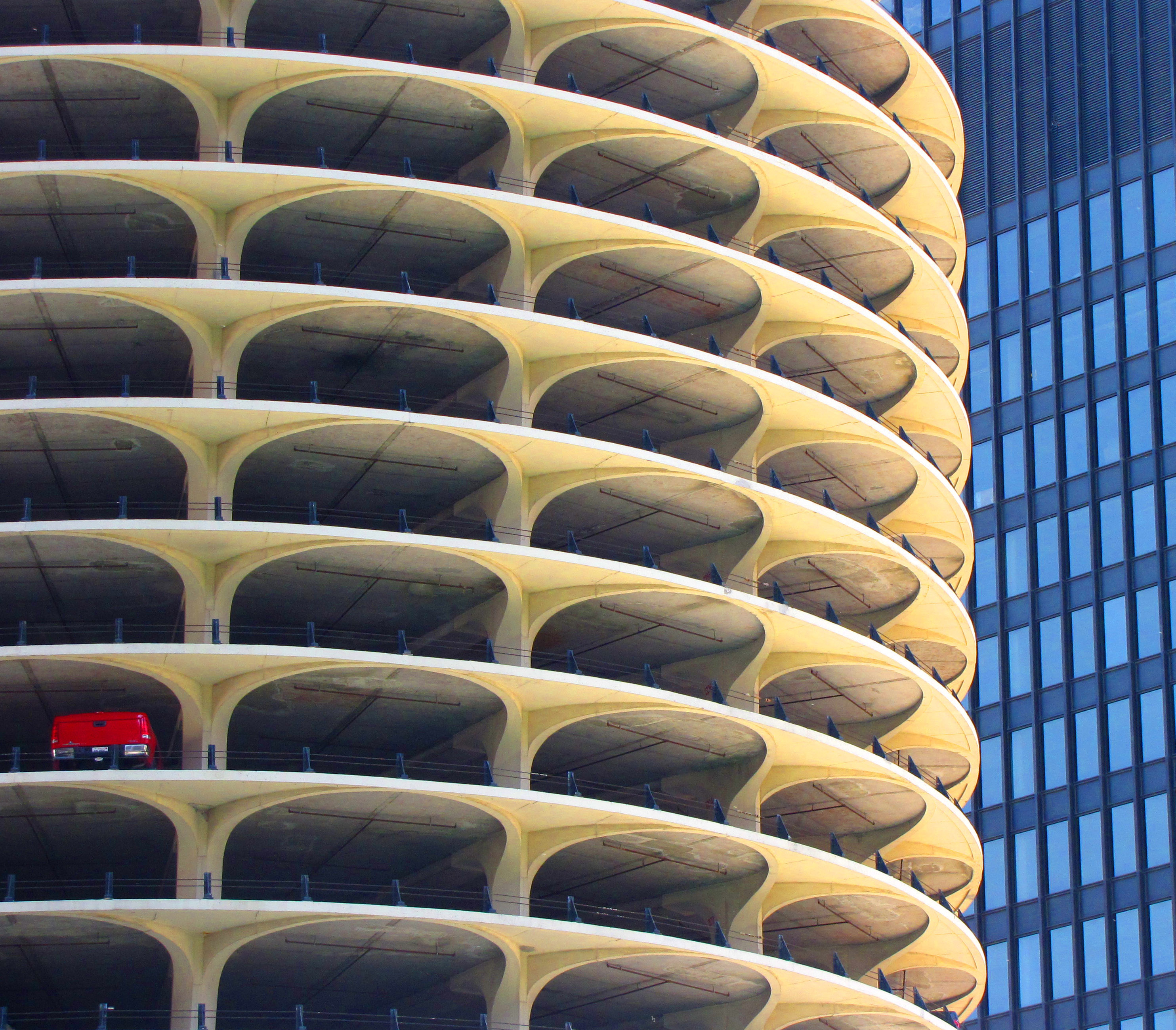 File marina city chicago one car wikimedia for Garage auto city cadaujac