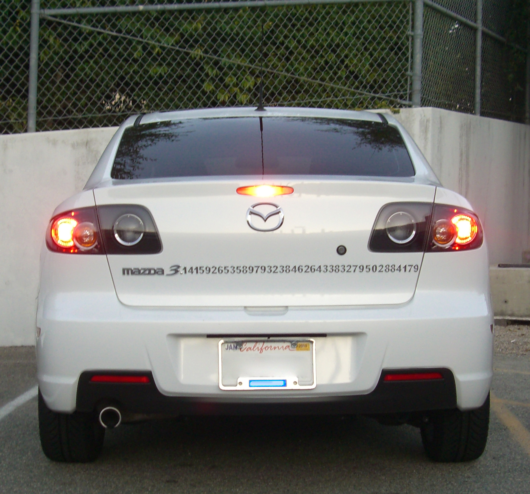 https://upload.wikimedia.org/wikipedia/commons/7/77/Mazda3-pi.jpg
