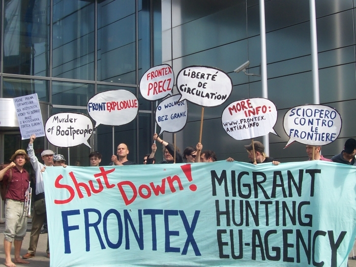 Datei:Migrant hunting EU agency - Shut Down FRONTEX Warsaw 2008.jpg