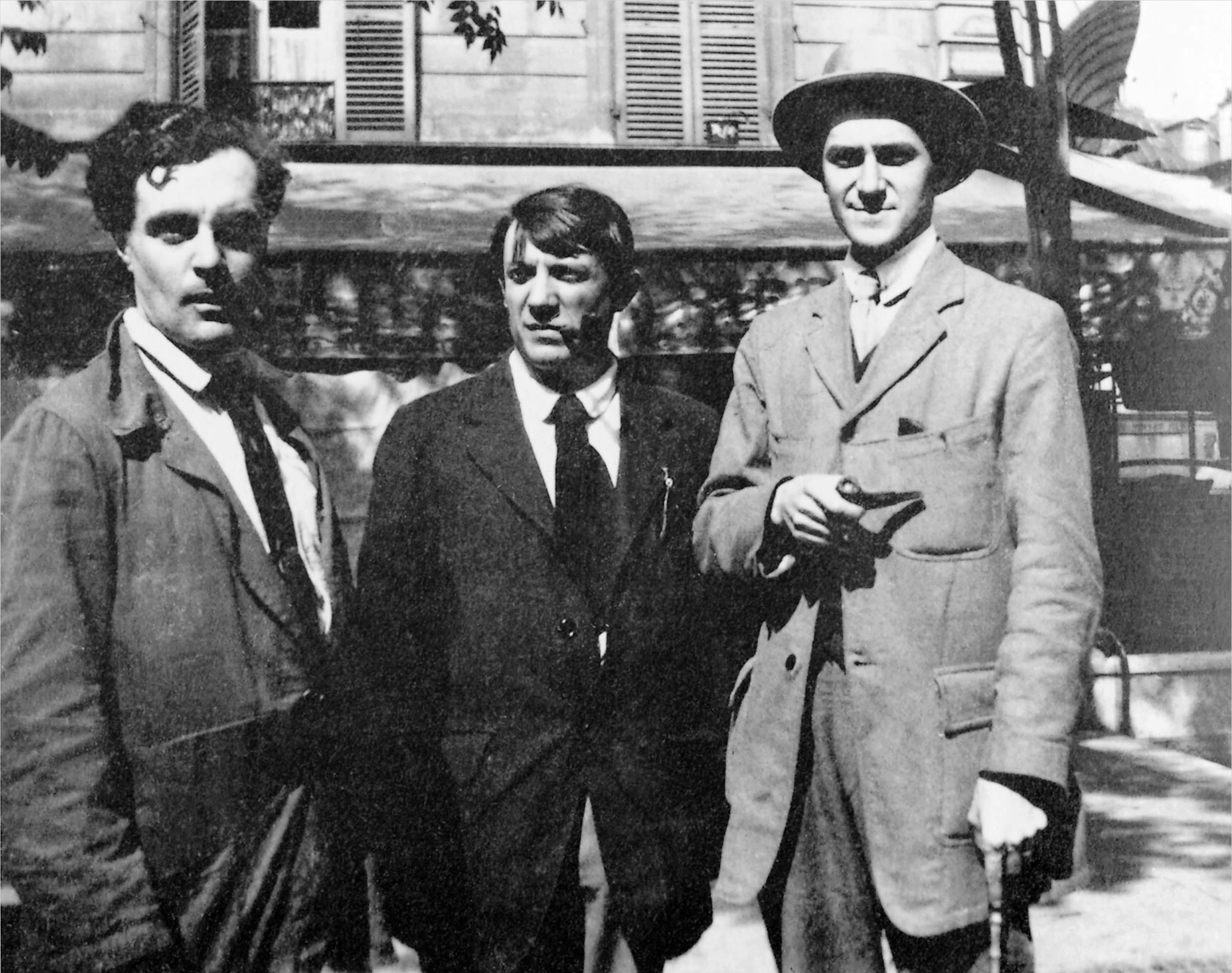 André Salmon (right), [[Amedeo Modigliani]] and [[Pablo Picasso]], 1916, in front of the Café de La Rotonde