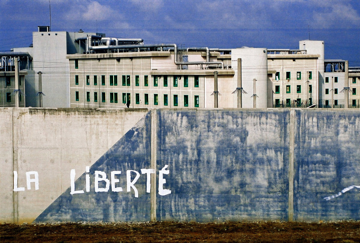 https://upload.wikimedia.org/wikipedia/commons/7/77/Mur_de_prison.jpg