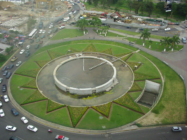 http://upload.wikimedia.org/wikipedia/commons/7/77/PlazaVenezuela2004-6-17.jpg