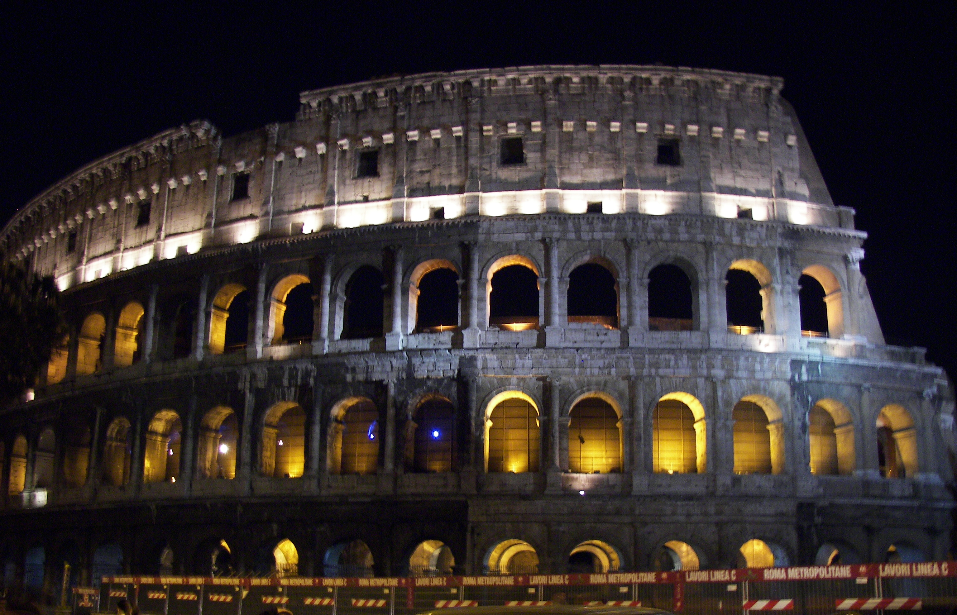 file rome colosseum at night jpg wikimedia commons