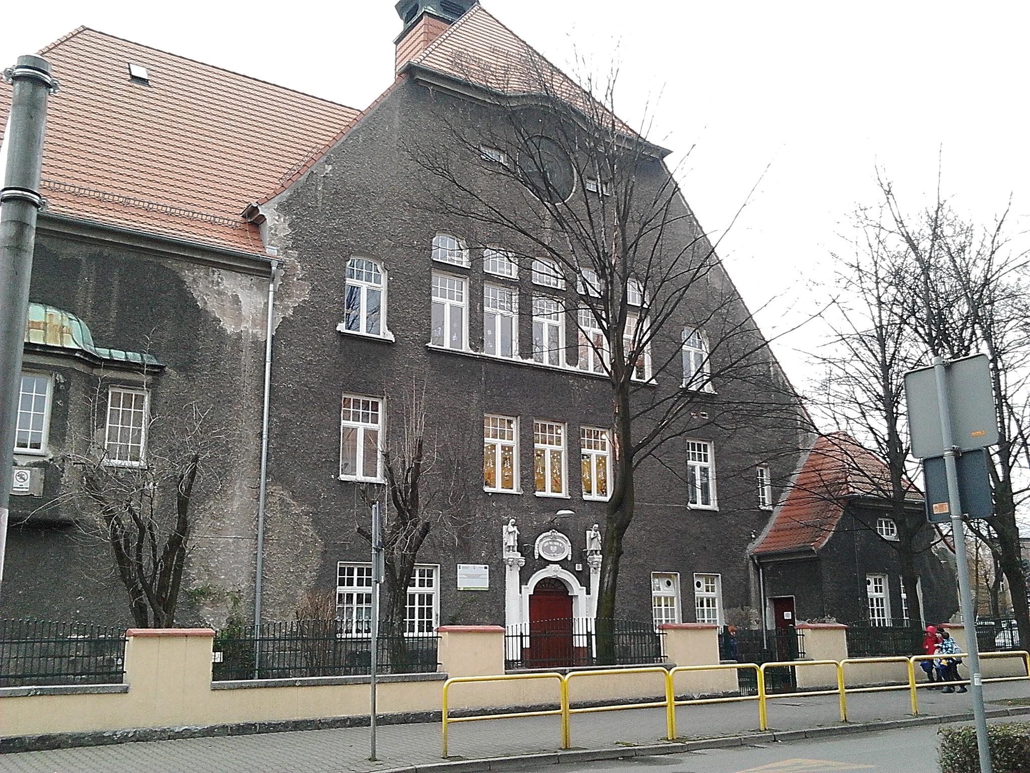 Szkoła podstawowa nr 1 w górze