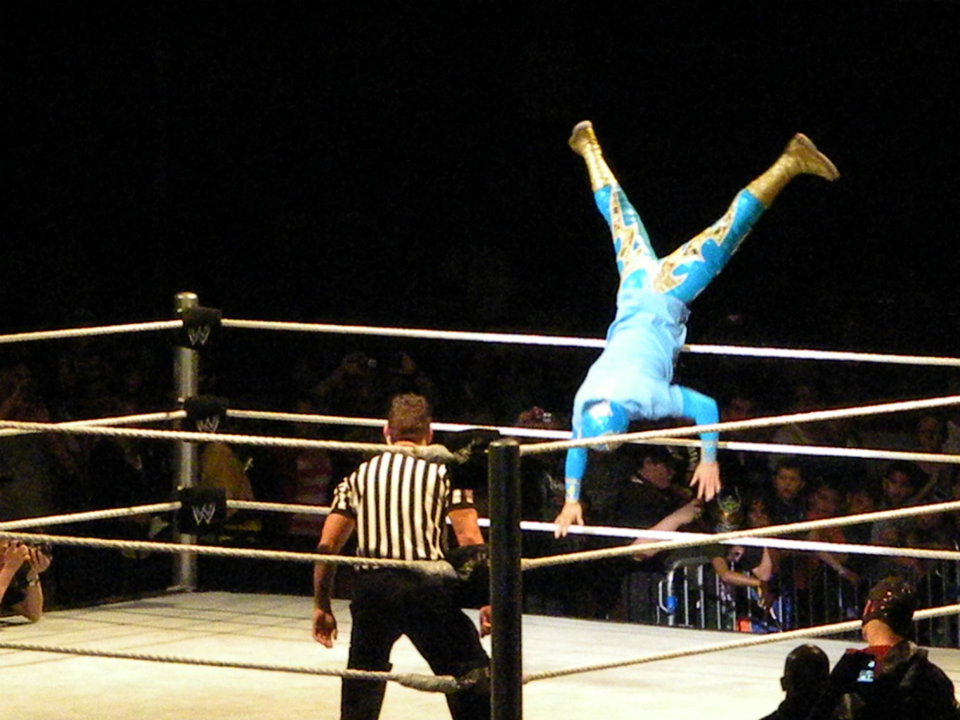 Sin Cara Trampolining Into The Ring.jpg sin cara subiendo al ring de un salto Date 18 June 2011, 21:00:20 Source Flickr: Sin Cara Trampolining Into The