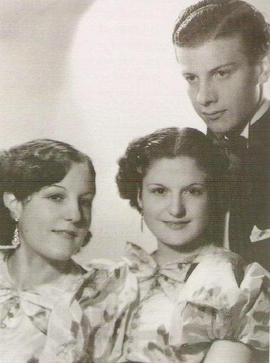 En 1936 Mariano conoce a las Hermanas Mores, que formaban un dúo, sumándose a ellas como pianista. Con una de ellas, Myrna, se casaría. Al ser conocidos como «Los Mores», adopta ese apellido para su nombre artístico. De izquierda a derecha: Margot Mores, Myrna Mores y Mariano Mores.