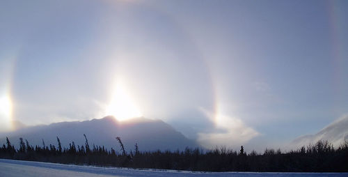 Parhelion di atas Perbukitan Kluane dilihat dari Jalan Raya Alaska.