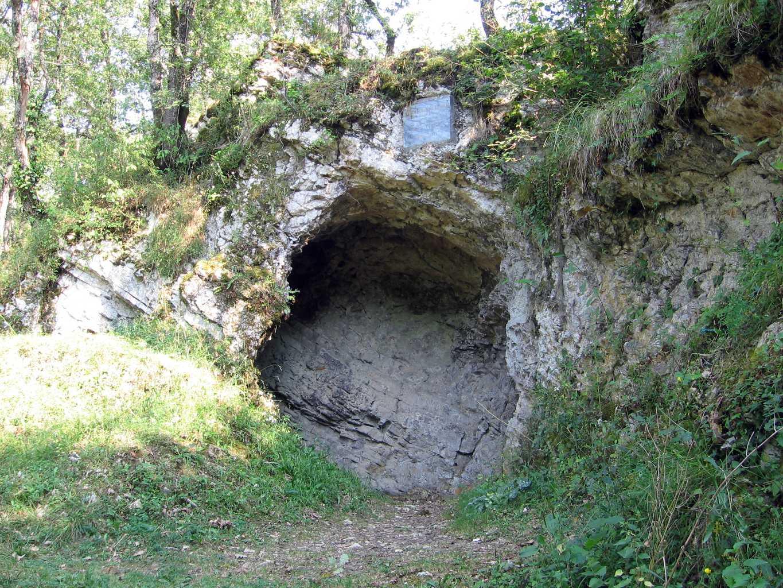 https://upload.wikimedia.org/wikipedia/commons/7/78/Aurignac-grotte-01.JPG