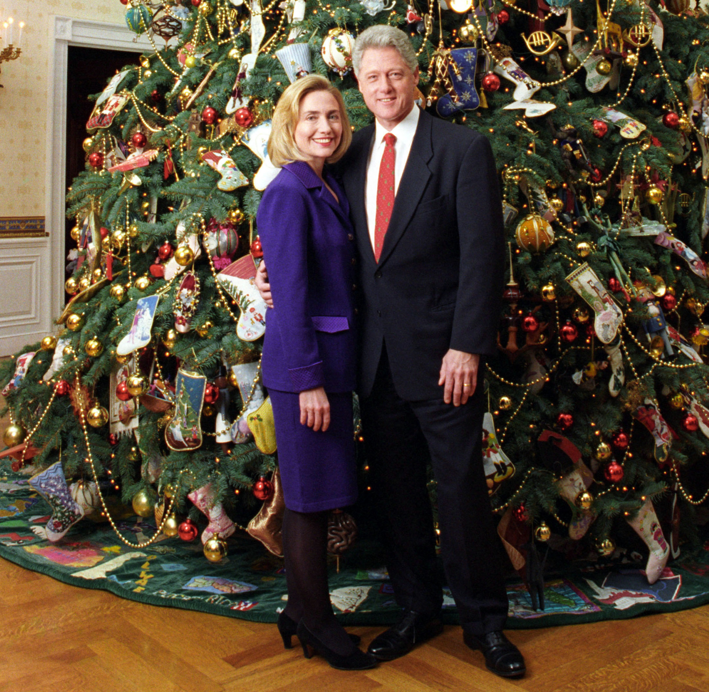File:Bill and Hillary Clinton Christmas Portrait 1996 (cropped1 ...