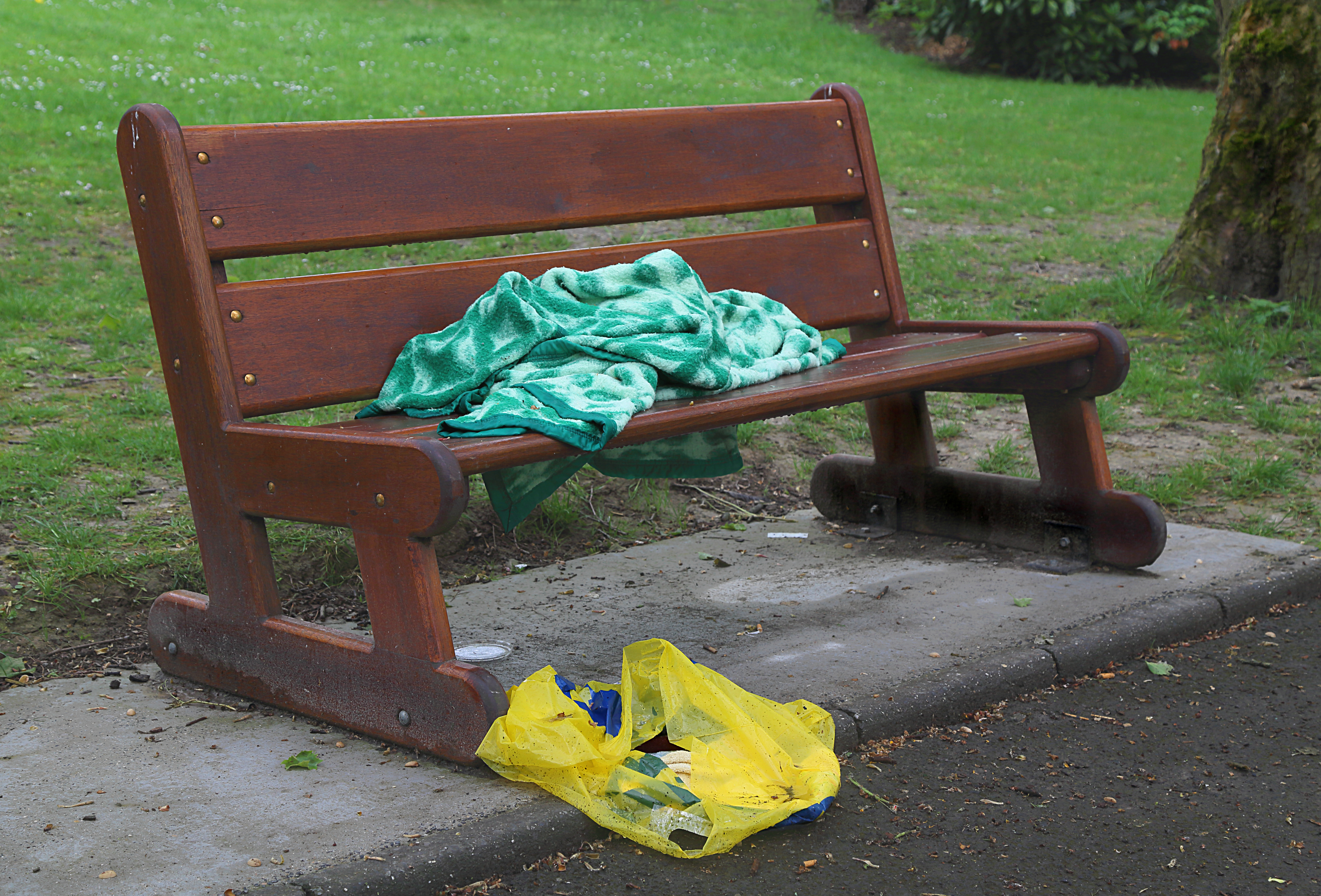 File Blanket On A Bench In A Park J1 Jpg Wikimedia Commons