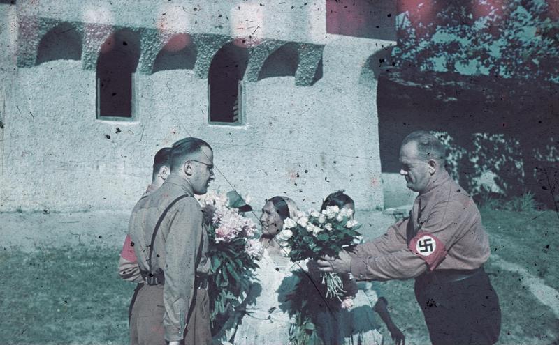 File:Bundesarchiv N 1603 Bild-003, Rumänien, NSDAP-Männer mit Geschenken.jpg