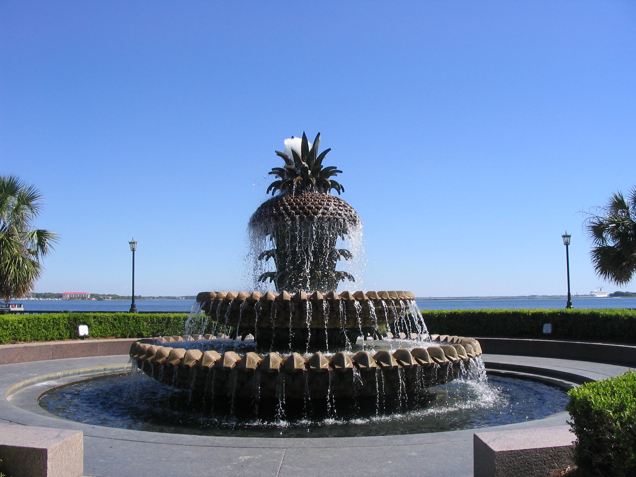 http://upload.wikimedia.org/wikipedia/commons/7/78/Charleston-SC-pineapple-fountain.jpg