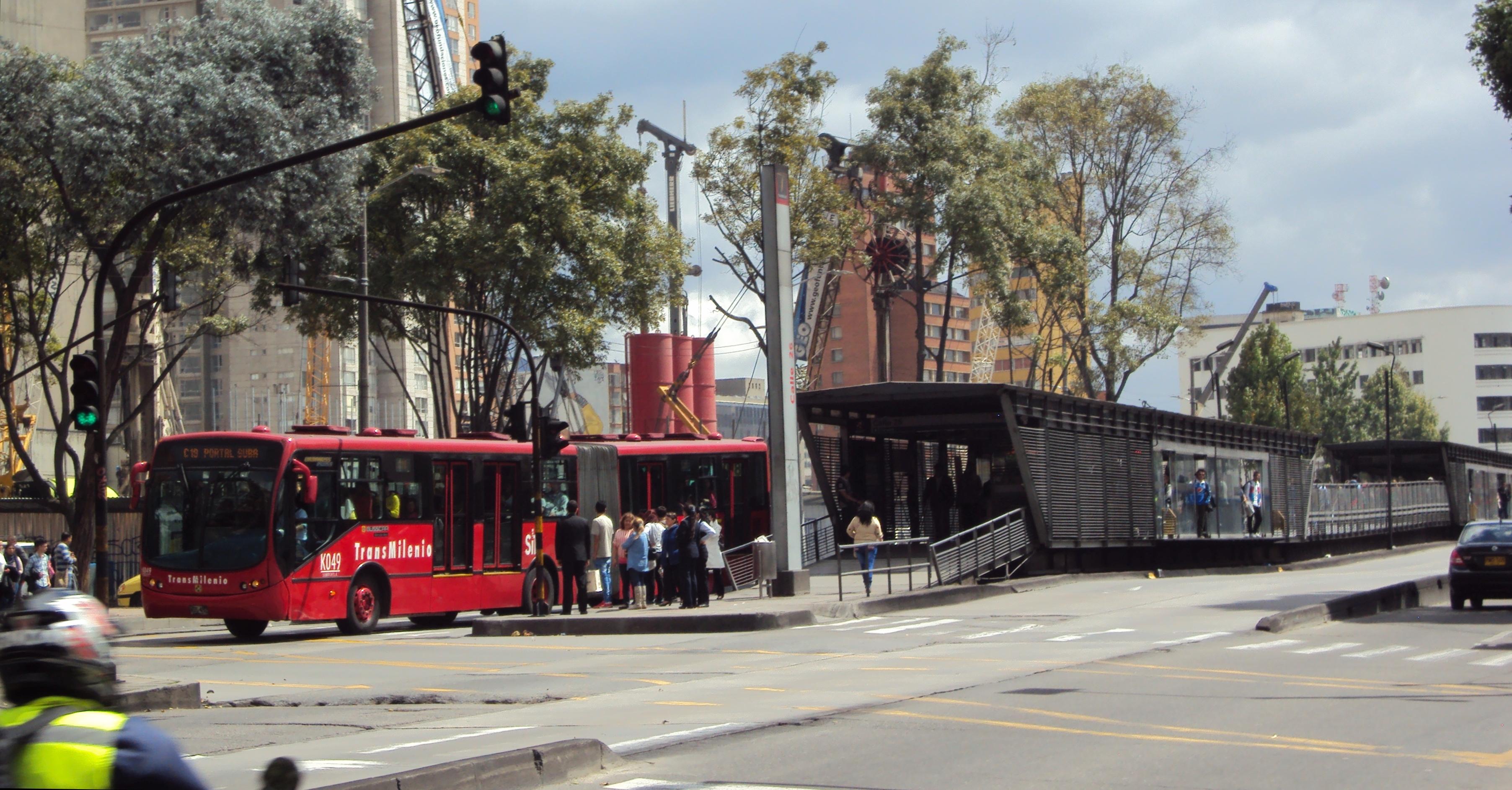 File Estacion Transmilenio Calle 26 Con Articulado Jpg Wikimedia Commons