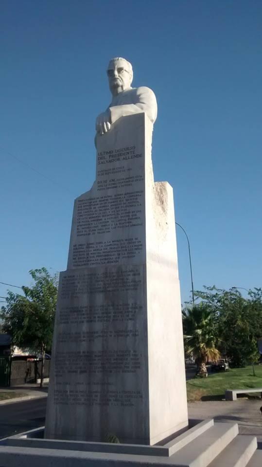 Estatua en homenaje a Allende y a su discurso en San Joaquín, Chile