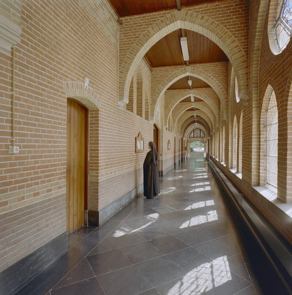Bestand interieur overzicht kloostergang oudbouw for Interieur wikipedia