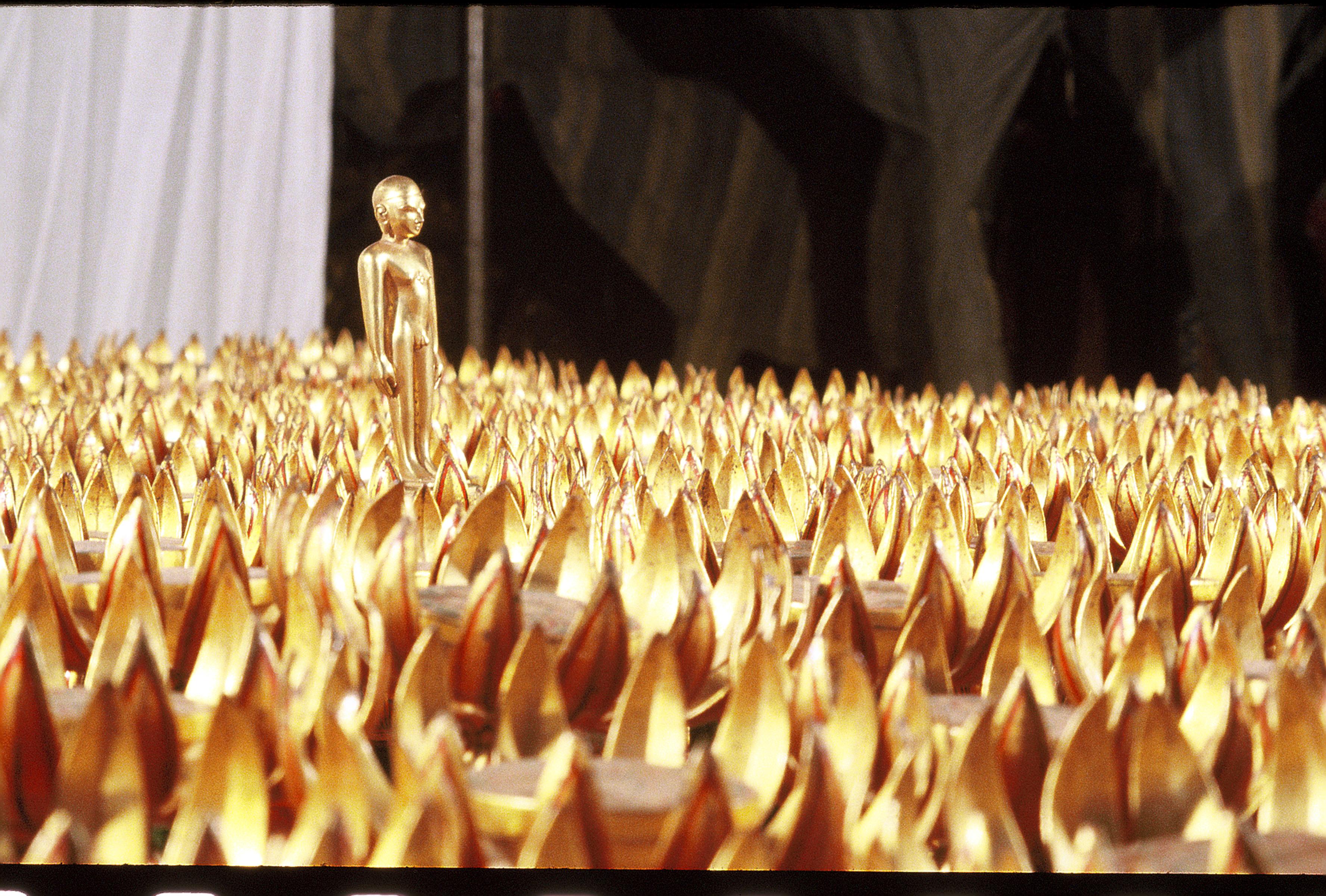lord risbabhdev moving over golden lotus after attaining omniscience.jpg
