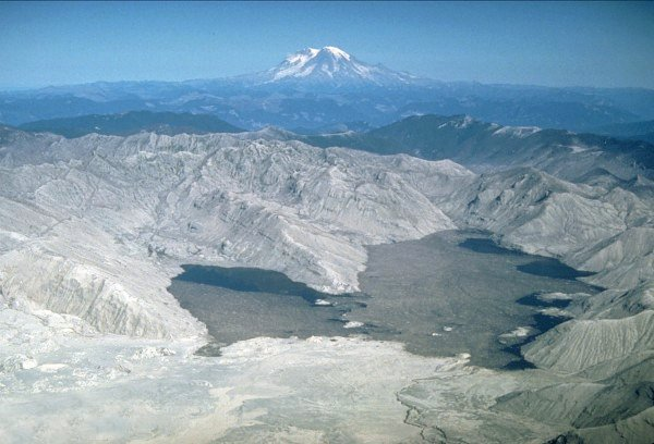 https://upload.wikimedia.org/wikipedia/commons/7/78/MSH80_blast_area_spirit_lake_with_rainier_10-04-80_med.jpg