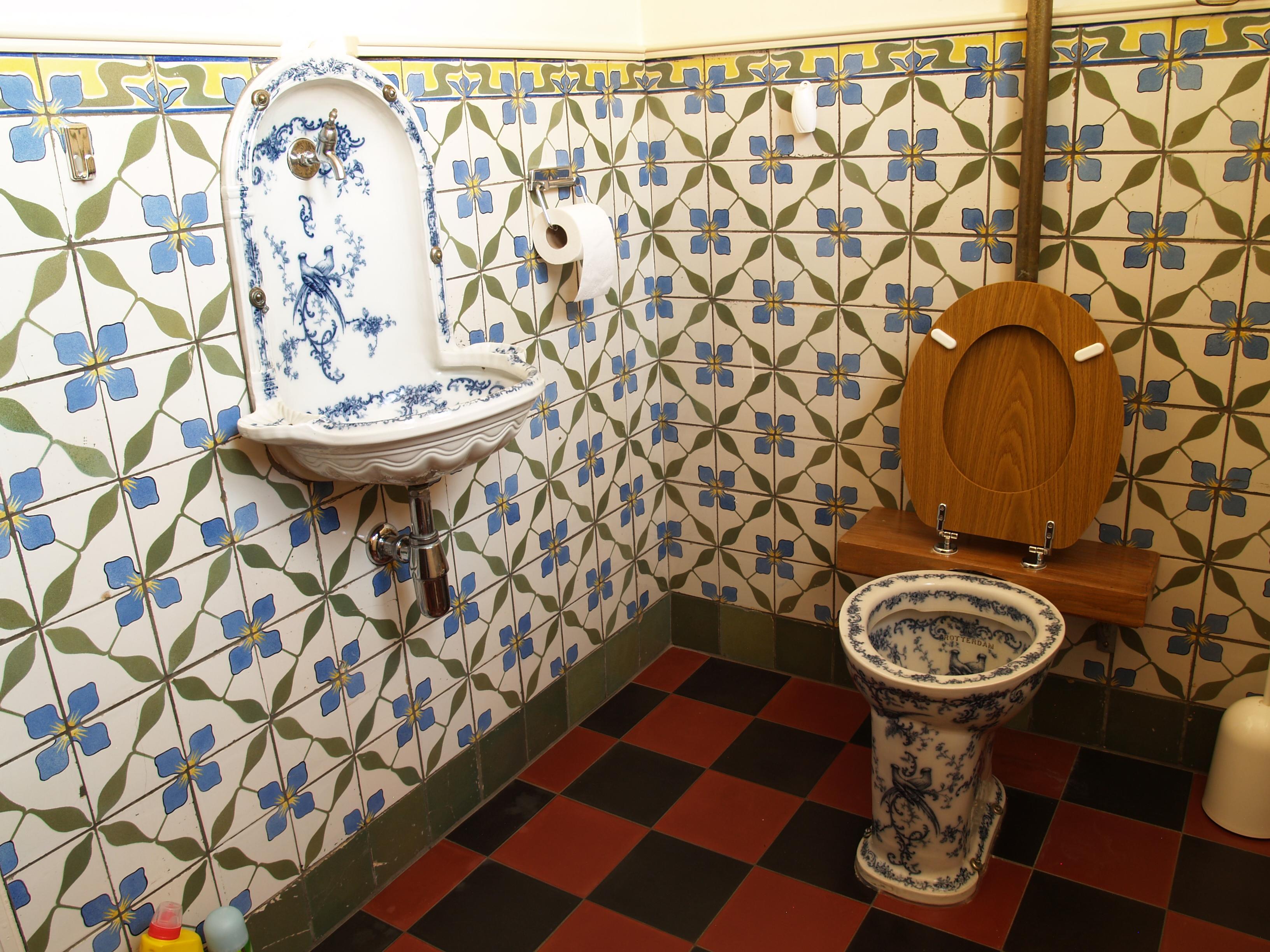 such beautiful delftware fixtures   in such a horrid room   File Notariskantoor Valkenswaard. 19th century bathroom  Victorian bathroom    retro bathroom