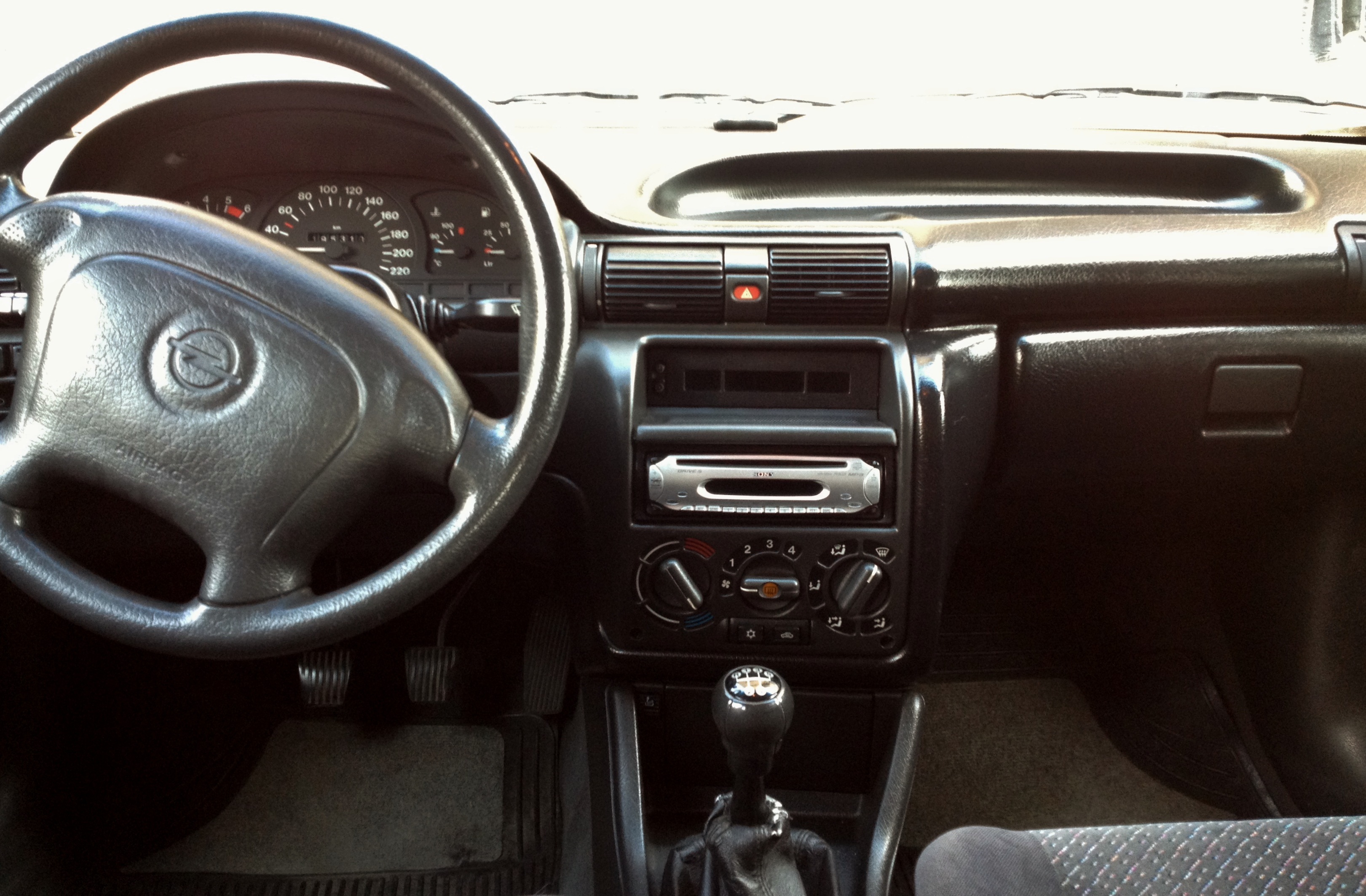 File:Opel Astra F Caravan 1.7 TDS Club interior.JPG - Wikimedia Commons