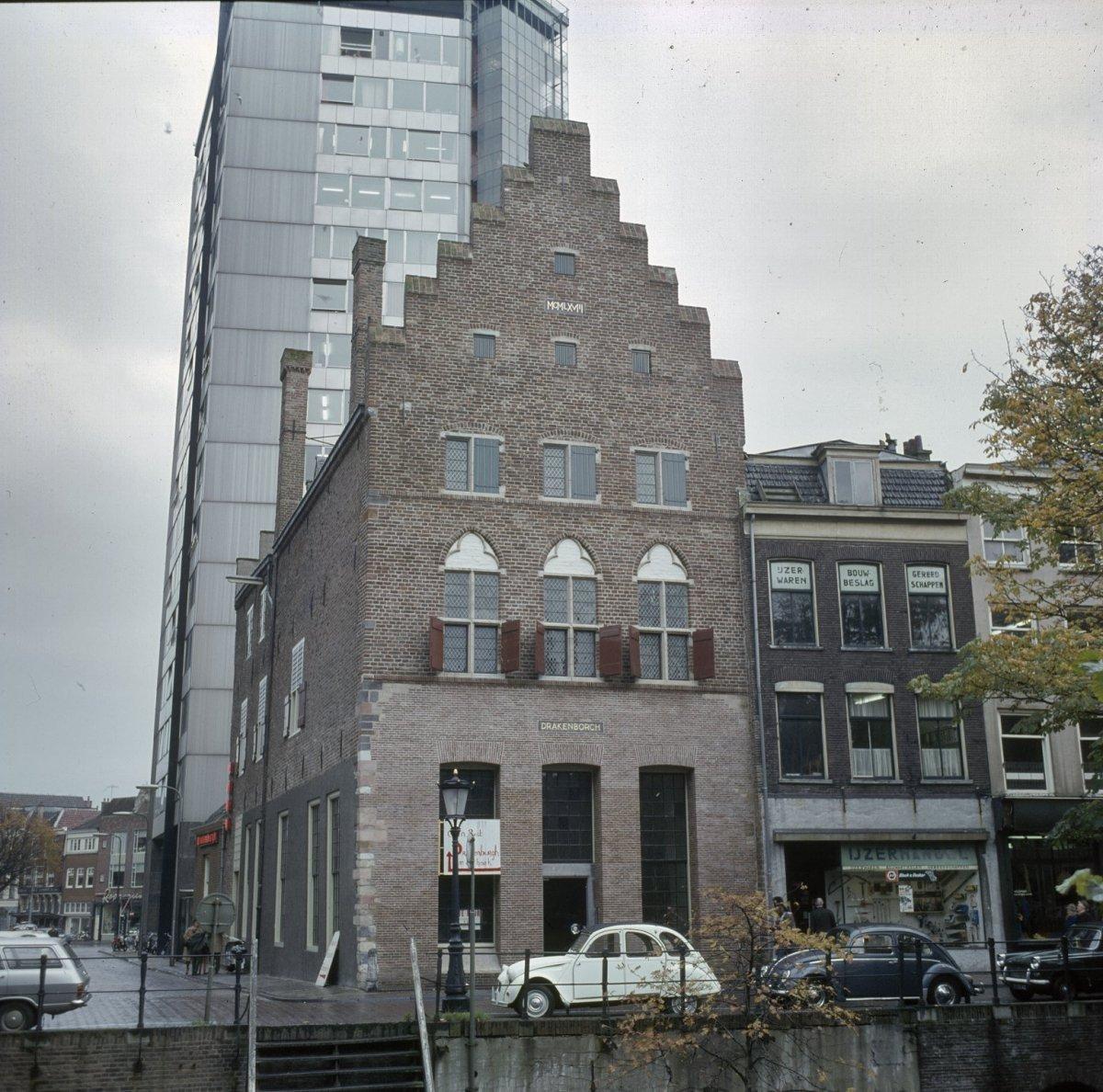 https://upload.wikimedia.org/wikipedia/commons/7/78/Overzicht_van_de_voorgevel_na_restauratie_-_Utrecht_-_20382583_-_RCE.jpg