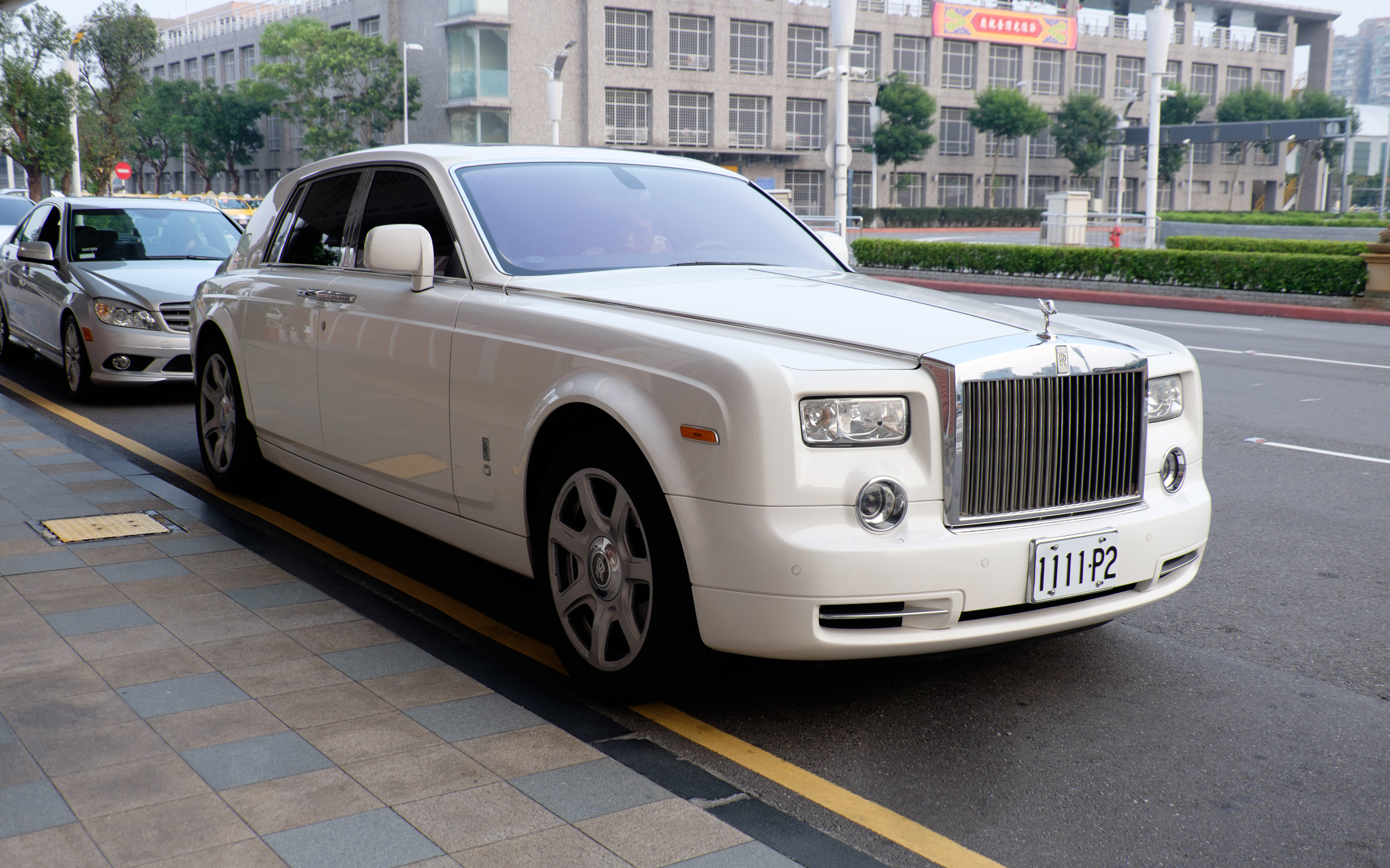 file:rolls-royce phantom parked in front of 1st terminal, taipei