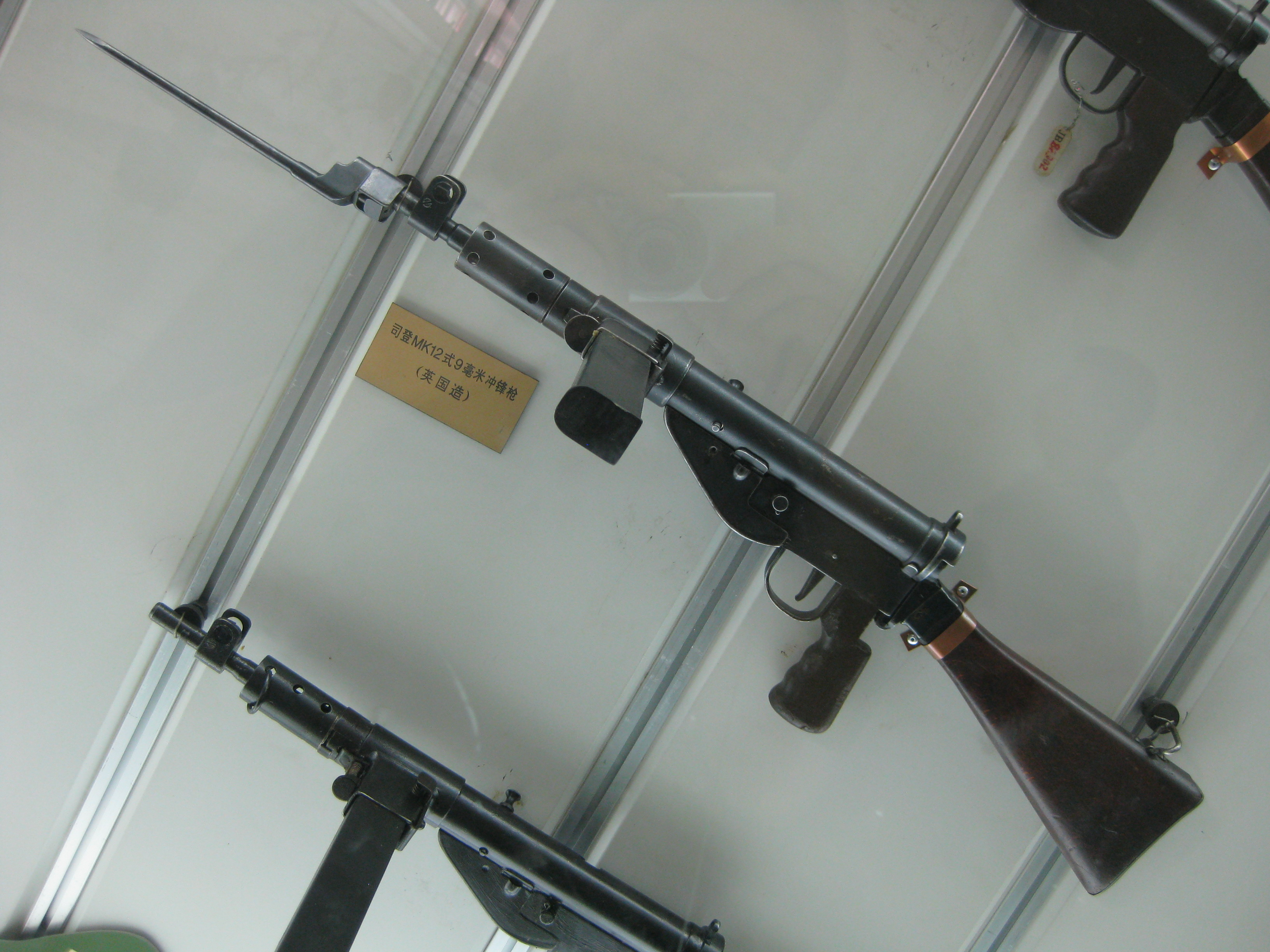 File:STEN gun with bayonete.jpg - Wikimedia Commons