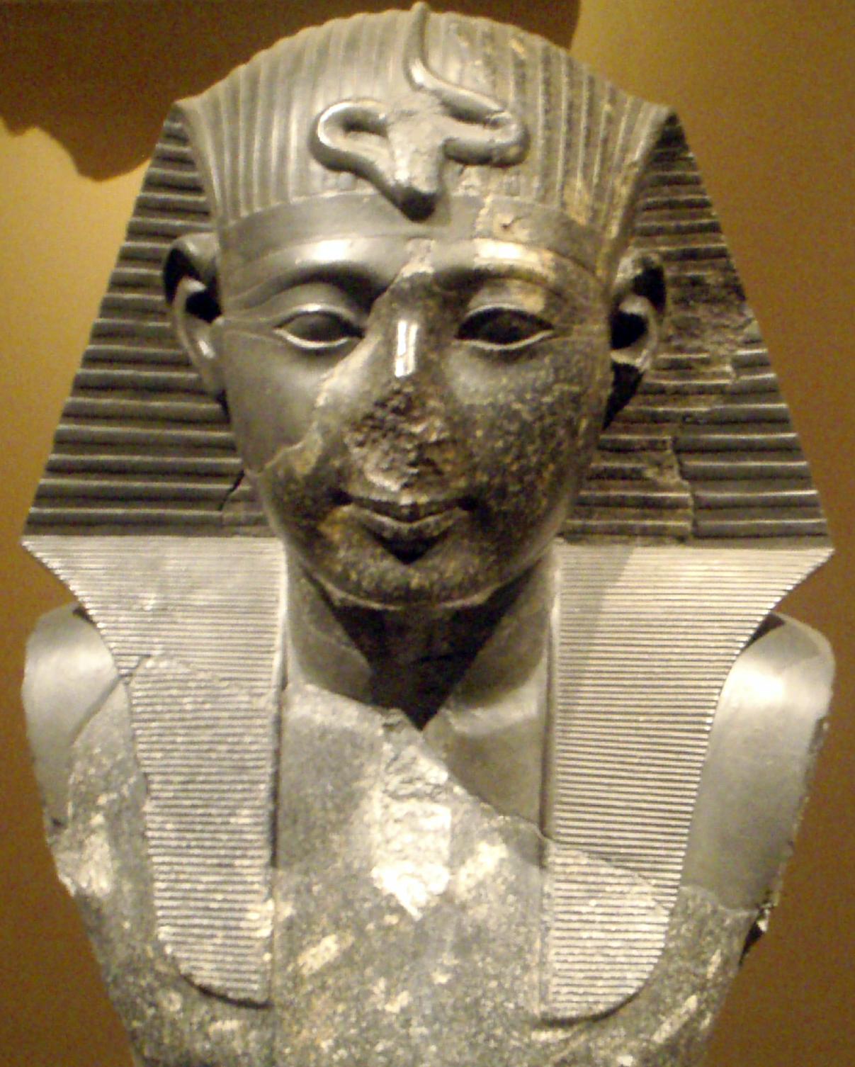 setii-kneelingstatueofferingtoosiris-closeup metropolitanmuseum.png