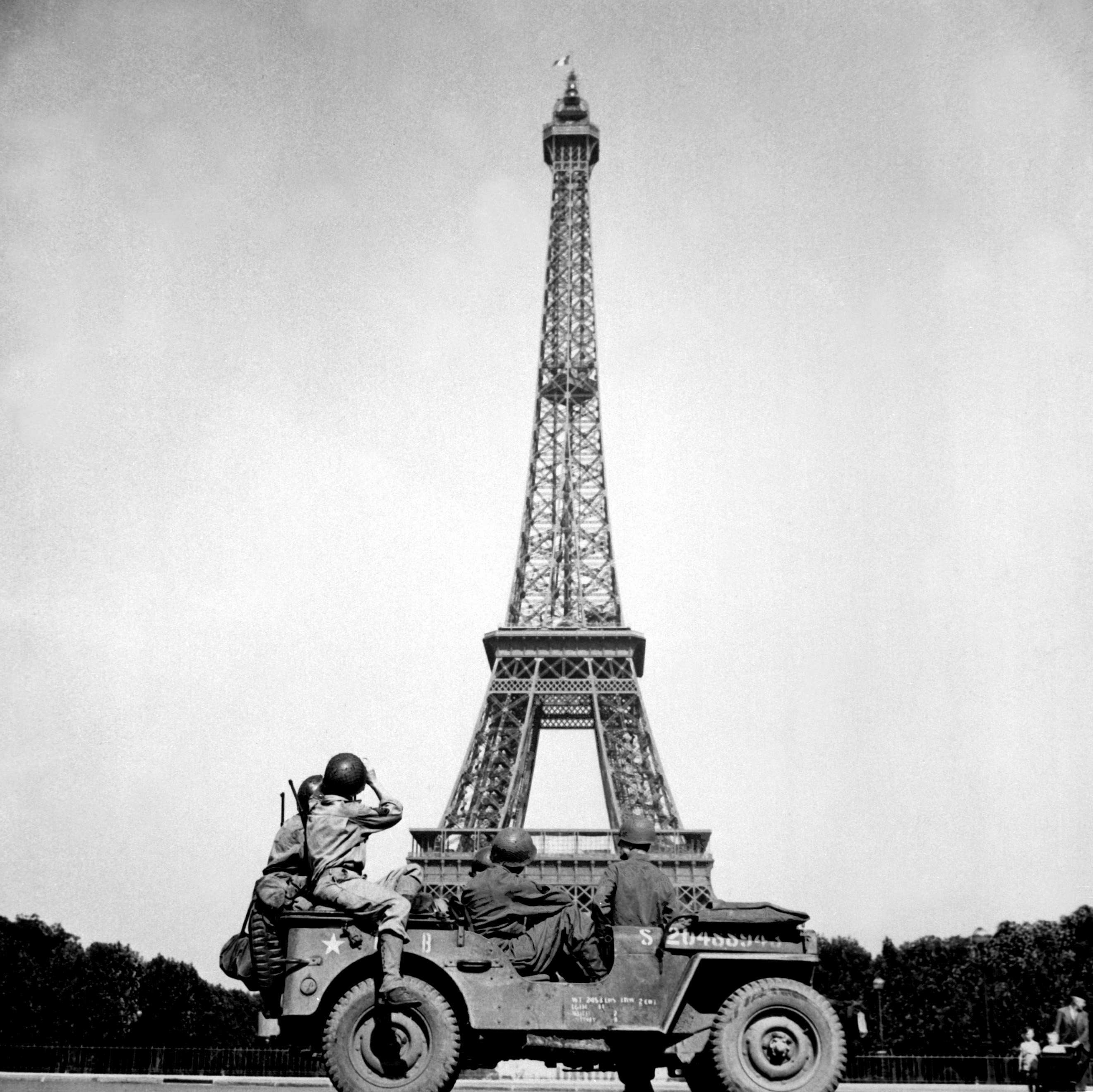 Of The 4th US Infantry Division Look At Eiffel Tower In Paris After French Capital Had Been Liberated On August 25 1944 HD SN 99 02717