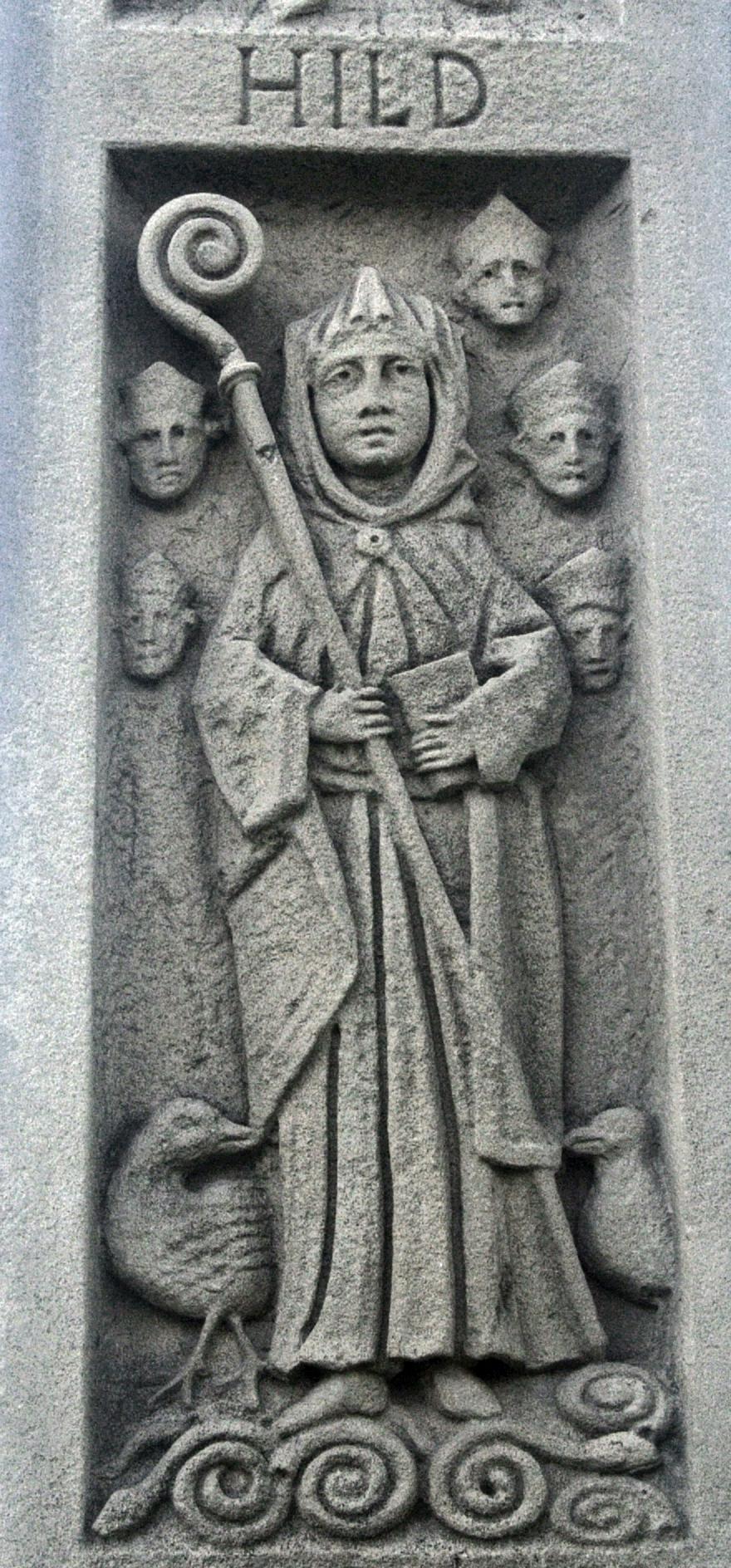 Monument av St. Hilda i Whitby, detalj, med ammonitter ved hennes føtter
