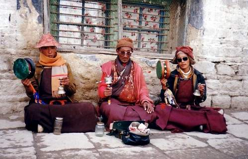 Three monks chanting in Lhasa, 1993.jpg
