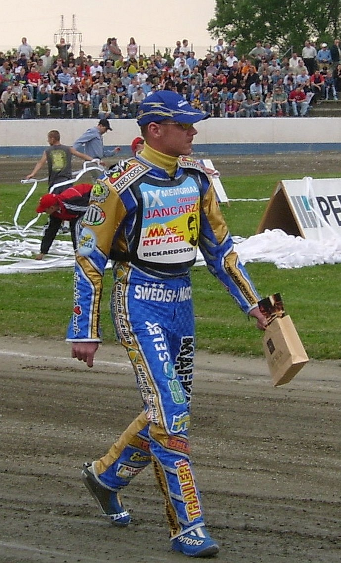 https://upload.wikimedia.org/wikipedia/commons/7/78/Tony_Rickardsson_%28speedway_rider%29.jpg
