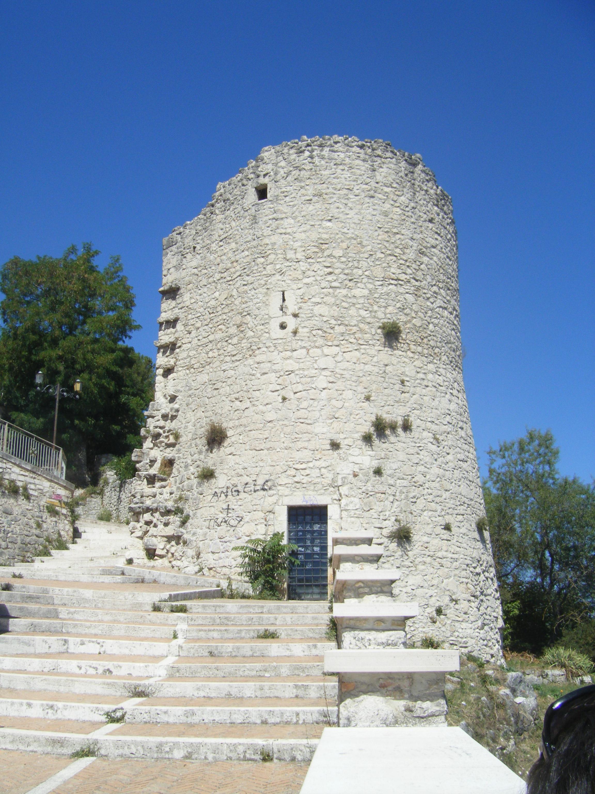 https://upload.wikimedia.org/wikipedia/commons/7/78/Torre_Terzano%2C_Campobasso.JPG