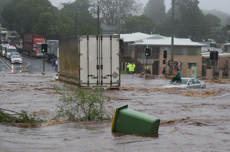 File:Trapped woman on a car roof during flash flooding in Toowoomba 2.jpg