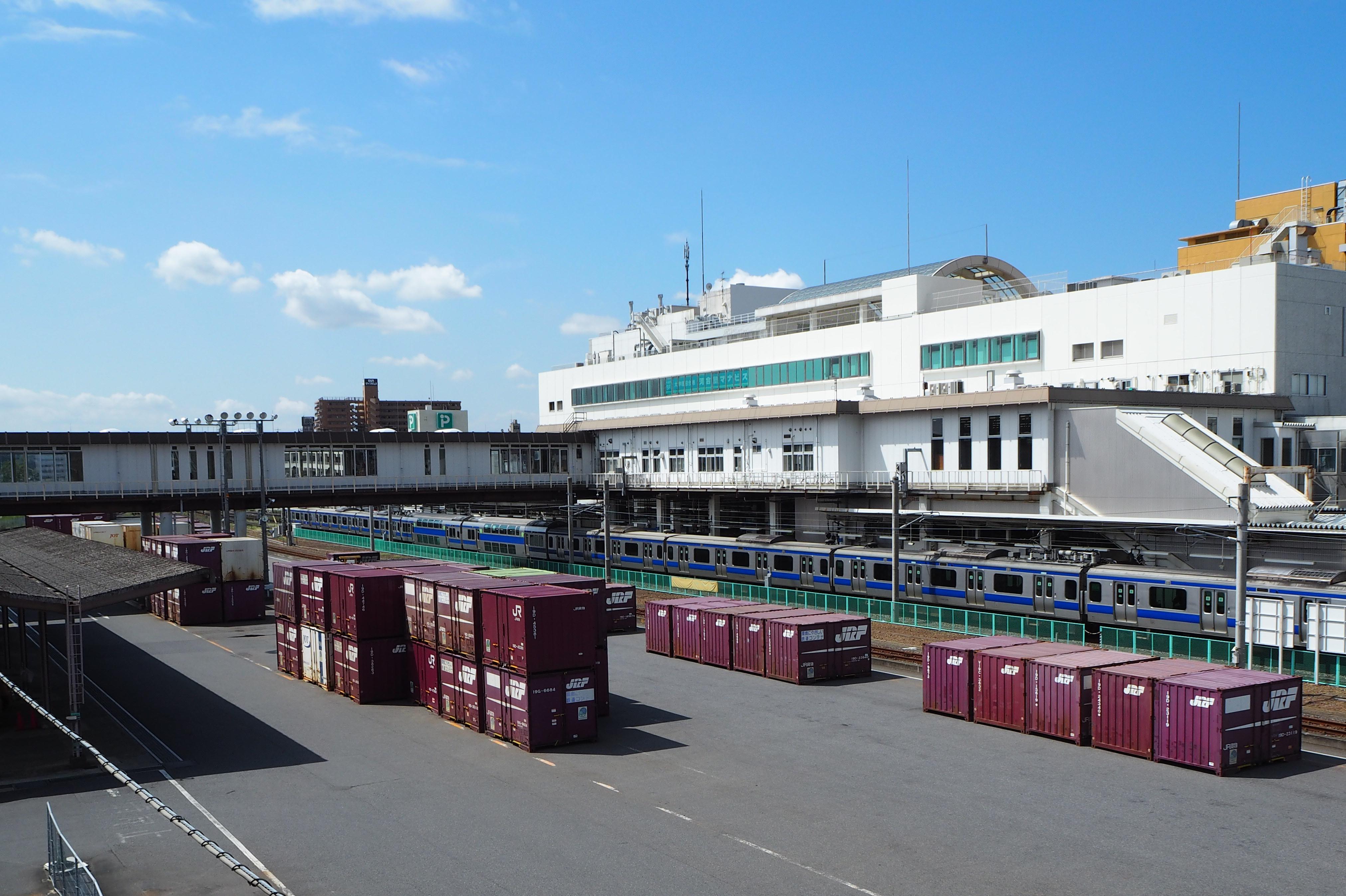 https://upload.wikimedia.org/wikipedia/commons/7/78/Tsuchiura-Sta-Freight-Terminal.JPG