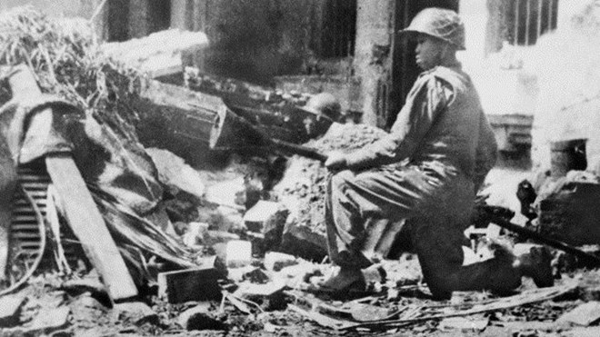Vietnamese soldier holding the Lunge Mine at Hàng Đậu Street on December 1946.jpg