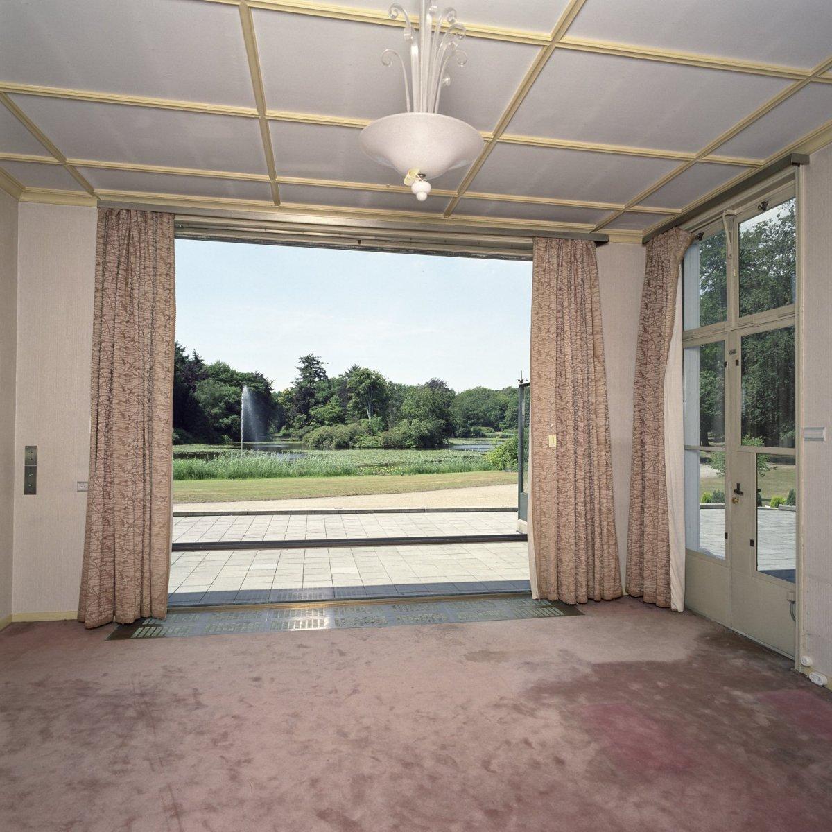 File werkkamer van koningin juliana met raamconstructie en for Interieur huiskamer