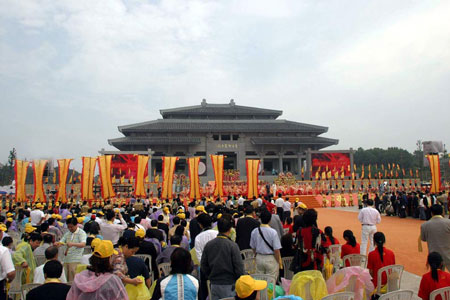 Worship ceremony at the Great Temple of Yandi Shennong in Suizhou, Hubei; a practice of Chinese folk religion. Worship at the Great Temple of Shennong-Yandi in Suizhou, Hubei.jpg