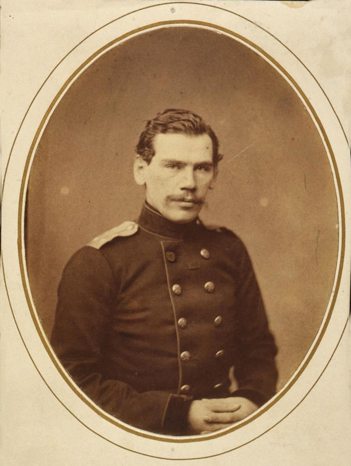 В день фотосъёмки литераторов «Современника» Левицкий сделал в своём ателье отдельные портреты каждого писателя. На Толстом мундир участника Крымской войны