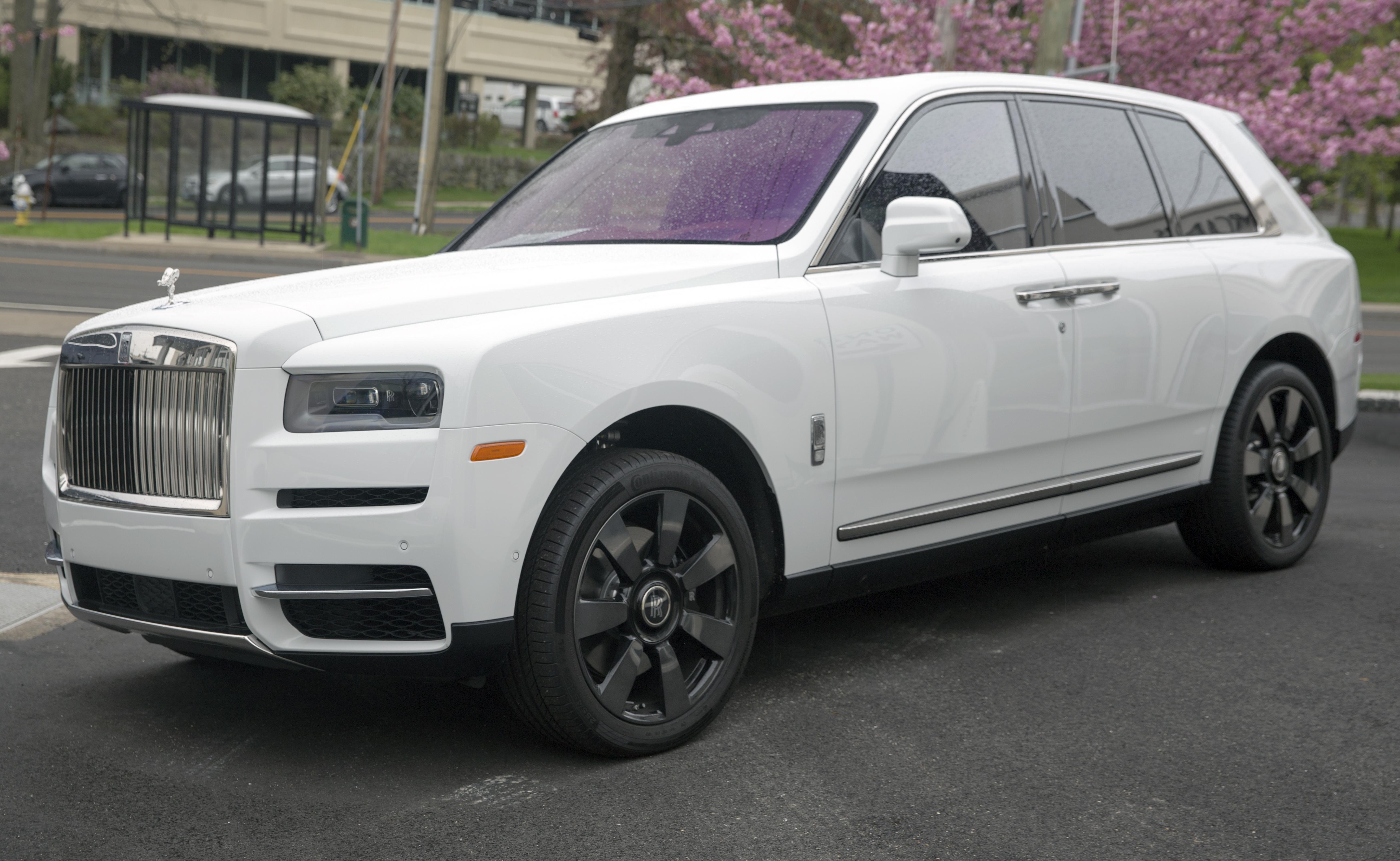 2019_Rolls-Royce_Cullinan_in_Arctic_Whit