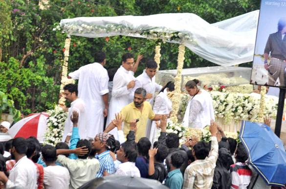 File:Akshay Kumar, Dimple Kapadia at Rajesh Khanna's funeral 05.jpg