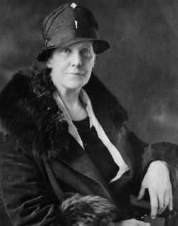 آنا جارفيس بناء على طلبها قام المسؤول عن ولاية فرجينيا بإصدار أوامره بإقامة أول احتفال ليوم الأم بـ12 مايو 1907