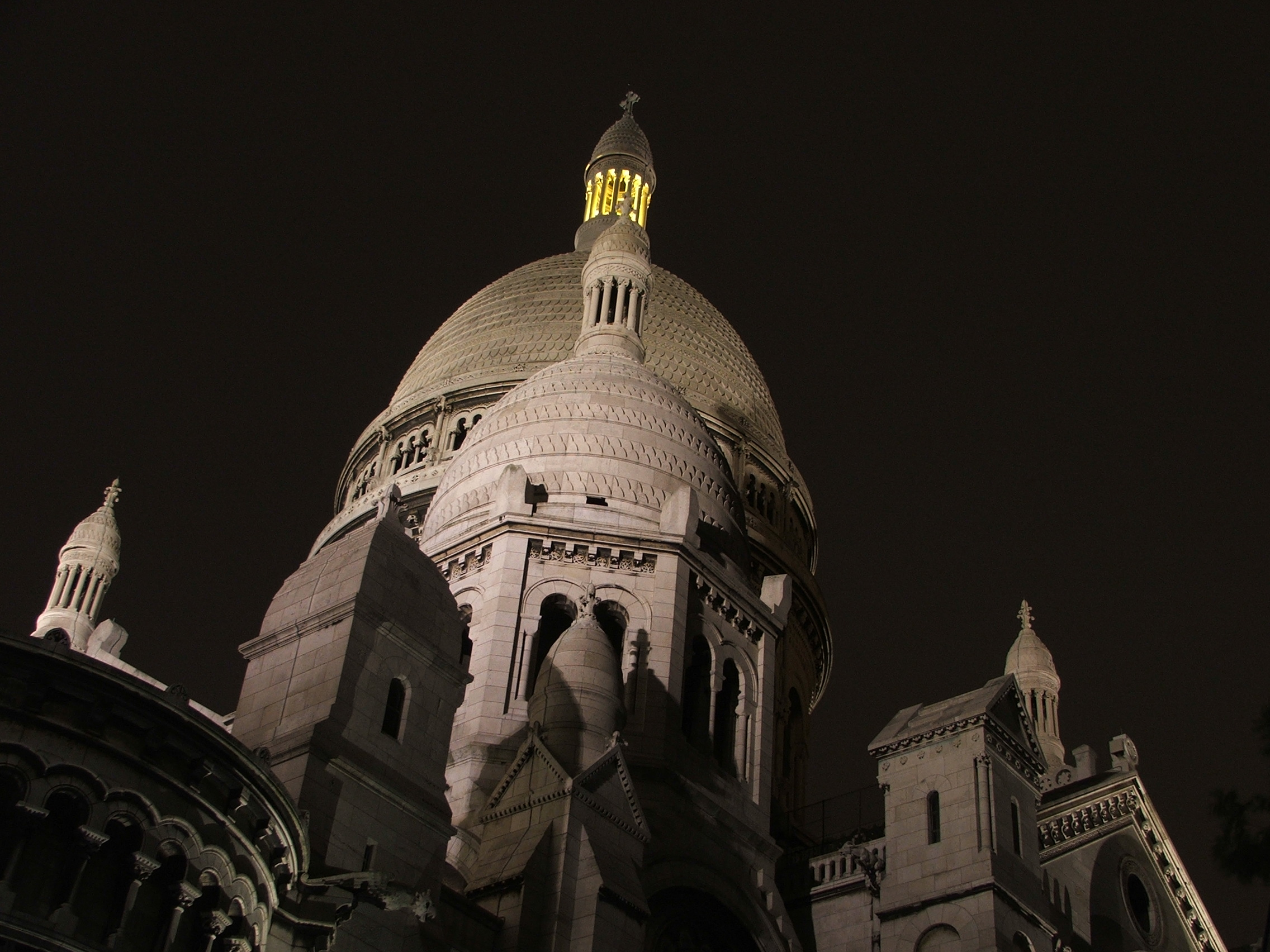 http://upload.wikimedia.org/wikipedia/commons/7/79/Basilique_de_nuit.JPG