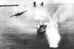 ספינת תובלה יפנית תחת התקפה אווירית
