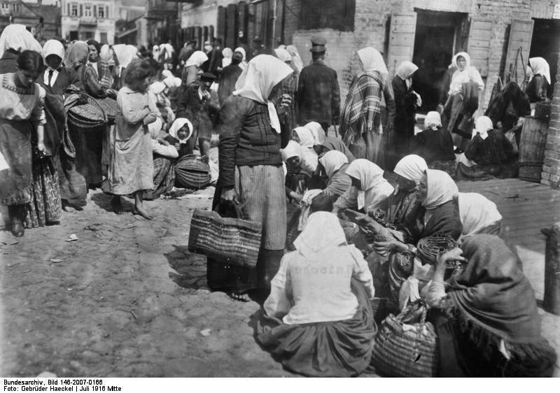 https://upload.wikimedia.org/wikipedia/commons/7/79/Bundesarchiv_Bild_146-2007-0166%2C_Polen%2C_Markt_in_Lida.jpg