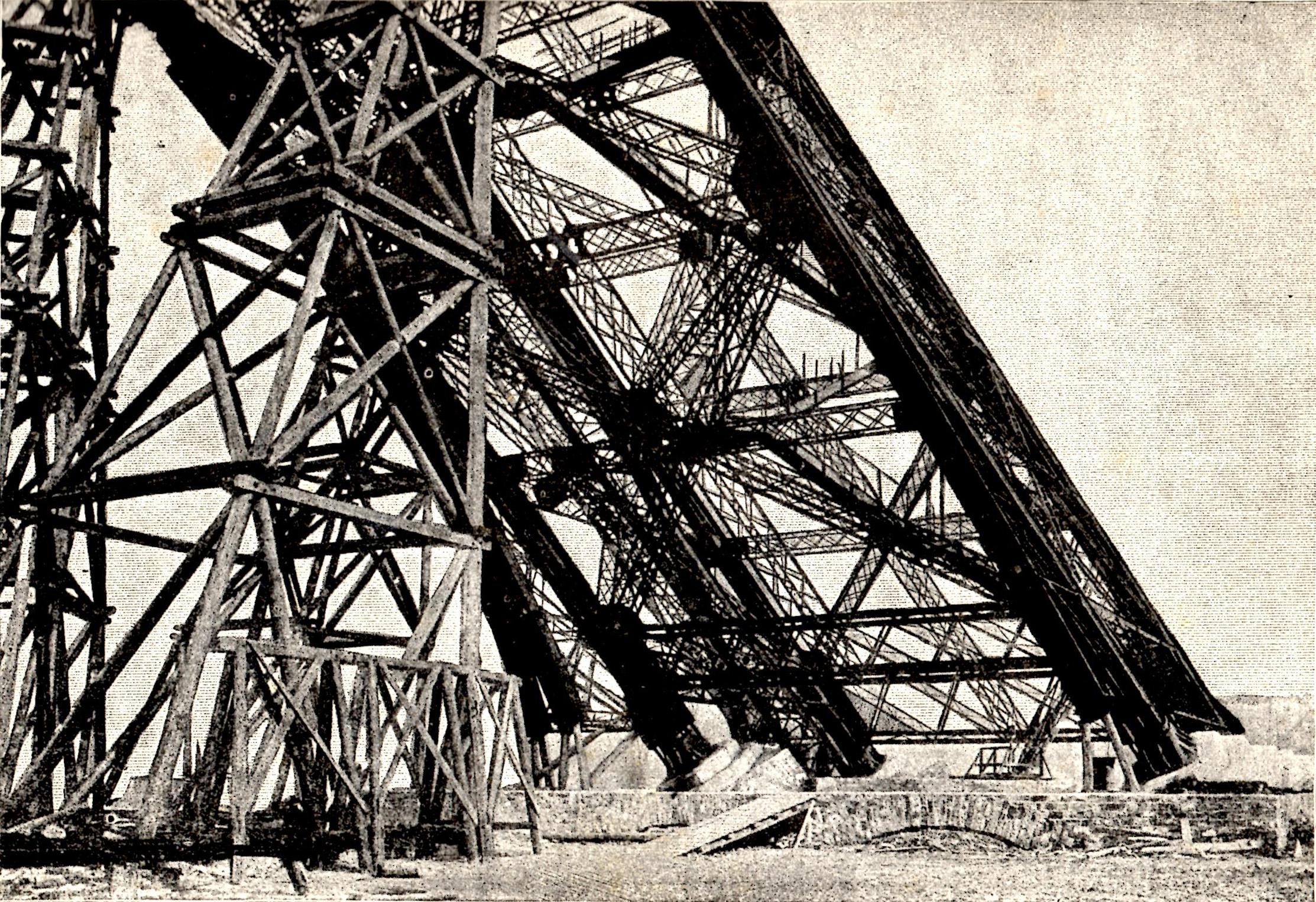 File:Construction, pile Tour Eiffel.jpg - Wikimedia Commons